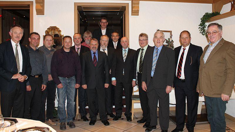 Roland und Elmar Huhn mit den Jubilaren Konstantin Mavros (25), Frank Stahl (25), Dirk Spranger (25), Frank Schmidt (25), Hubertus Zeppenfeld (40), Walter Albus (50), Karsten Bockemuehl (25), Karl Wortmann (40), Achim Stracke (25), Heinrich Gerhard Schmidt (45), Michael Wigger (45), Ludwig Wigger (50), Karl Heinz Lang (40). Nicht auf dem Foto: Karlheinz Gebauer (50) , Mumin Duratovic (40)