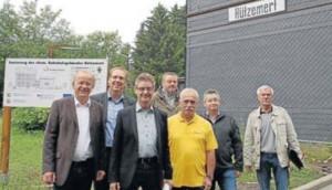 Dirk Glaser, Hubertus Winterberg, Norbert Römer, Andreas Halbe, Lothar Grütz, Sascha Koch und Ulrich Hilchenbach (v. l.) vor dem Bahnhof in Hützemert.